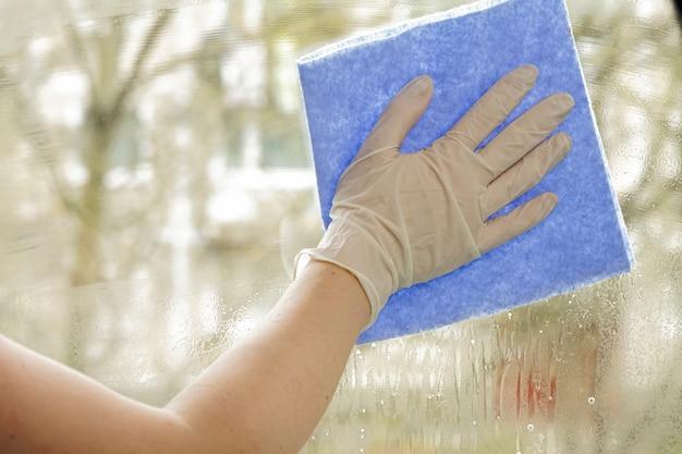 Uniwersalne Detergenty Do Pielęgnacji Domu, Mebli I Mieszkania W Kwarantannie Premium Zdjęcia