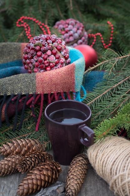 Upadek Martwej Natury Z Filiżanką Gorącej Herbaty. Premium Zdjęcia