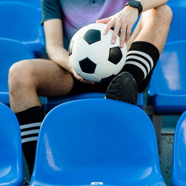 Upraw atleta z piłką nożną na stadium Darmowe Zdjęcia