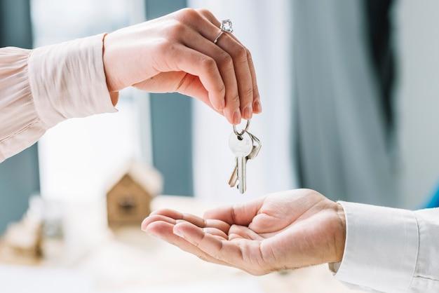 Upraw kobieta daje klucze do człowieka Darmowe Zdjęcia