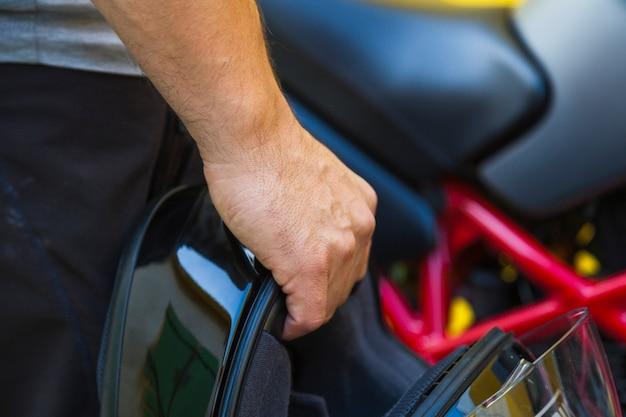 Uprawa Mężczyzna Trzyma Motocyklu Hełm Darmowe Zdjęcia