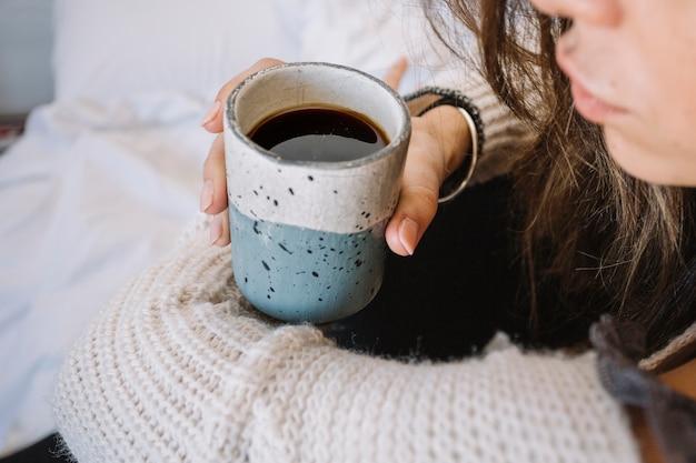 Uprawy Kobieta Z Kawą Na łóżku Zdjęcie Darmowe Pobieranie