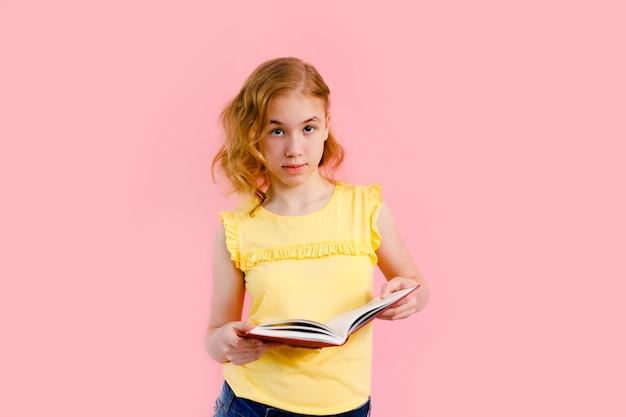 Urocza Blondynka W żółtej Koszulce Z Zeszytami Premium Zdjęcia