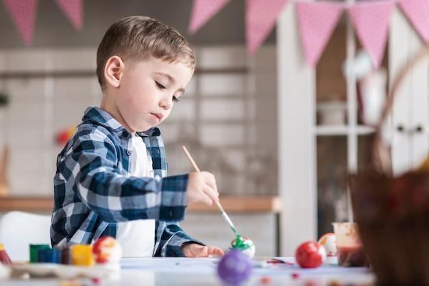 Urocza Chłopiec Maluje Jajka Na Easter Darmowe Zdjęcia