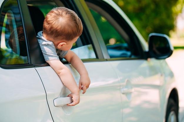 Urocza Chłopiec W Samochodzie Premium Zdjęcia