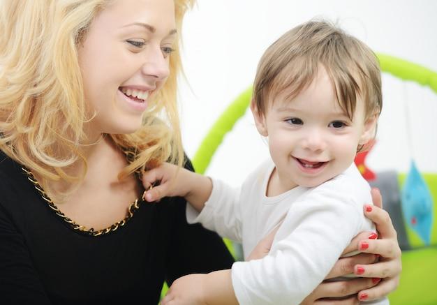 Urocza Chłopiec Z Matką W łóżku Premium Zdjęcia