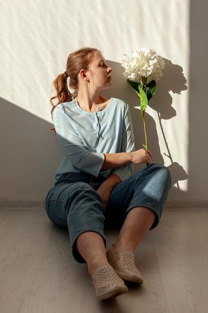 Urocza Dama Pozuje Z Kwiatem Darmowe Zdjęcia