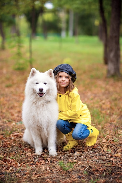 Urocza Dziewczyna Na Spacerze Z Pięknym Psem W Parku Na świeżym Powietrzu Premium Zdjęcia