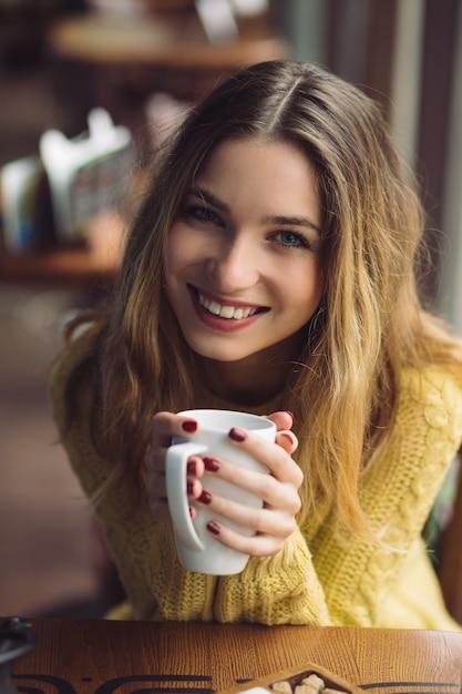 Urocza Dziewczyna Pije Cappuccino I Je Sernik Darmowe Zdjęcia