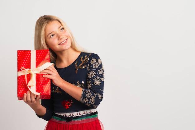 Urocza Dziewczyna Trzyma świątecznego Prezent Darmowe Zdjęcia