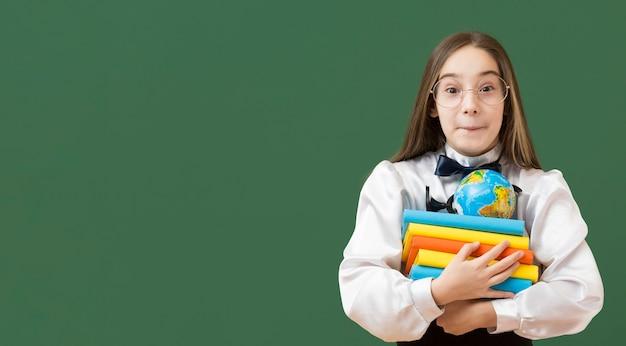 Urocza Dziewczyny Mienia Książki Stosu Kopii Przestrzeń Darmowe Zdjęcia