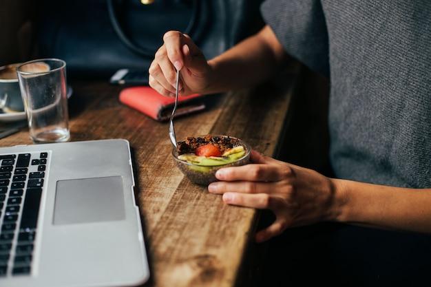 Urocza Kawiarnia Hipster Serwuje Organiczne śniadanie Darmowe Zdjęcia