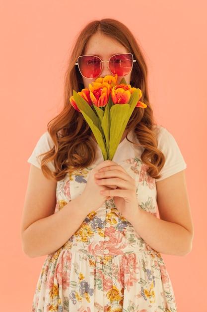 Urocza Kobieta Trzyma Tulipany Frontowego Widok Darmowe Zdjęcia