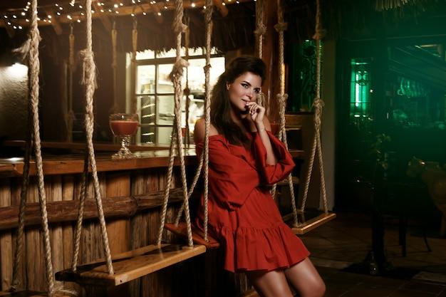 Urocza kobieta w letnim barze Premium Zdjęcia