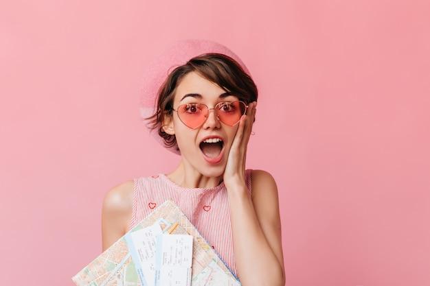 Urocza Kobieta W Różowych Okularach Czeka Na Podróż Darmowe Zdjęcia