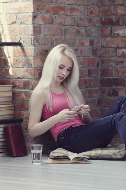 Urocza Kobieta Z Telefonem Darmowe Zdjęcia