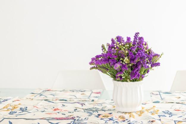 Urocza Kompozycja Kwiatowa Z Fioletowymi Stateczkami, Dekorująca Stół Premium Zdjęcia