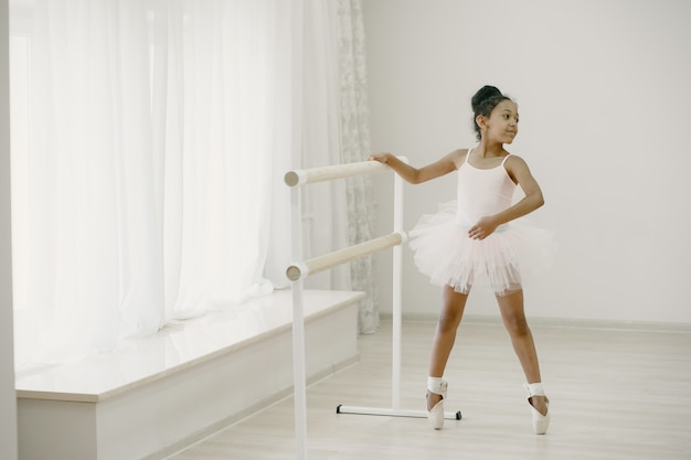 Urocza Mała Baletnica W Różowym Stroju Baletowym. Dziecko W Pointe Tańczy W Pokoju. Dziecko W Klasie Tańca. Darmowe Zdjęcia