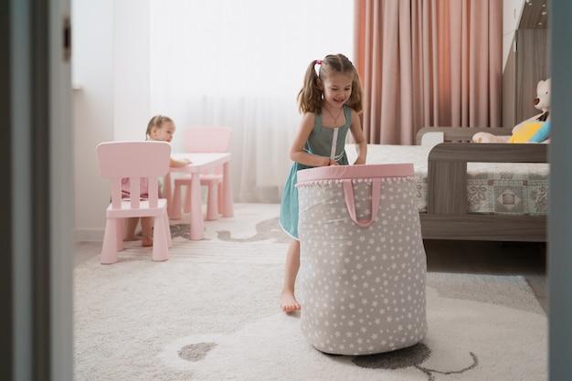 Urocza Mała Dziewczynka Bawić Się W Ich Pokoju Darmowe Zdjęcia
