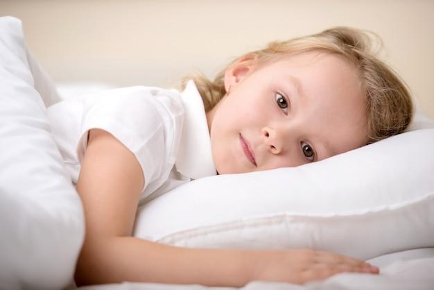 Urocza Mała Dziewczynka Obudziła Się W łóżku. Premium Zdjęcia