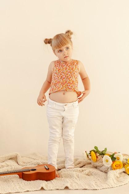 Urocza Mała Dziewczynka Pełny Strzał Darmowe Zdjęcia