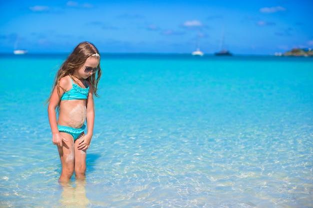 Urocza mała dziewczynka przy plażą podczas wakacje Premium Zdjęcia