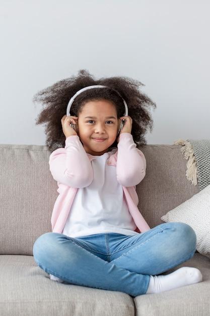 Urocza Mała Dziewczynka Słucha Muzyka Darmowe Zdjęcia