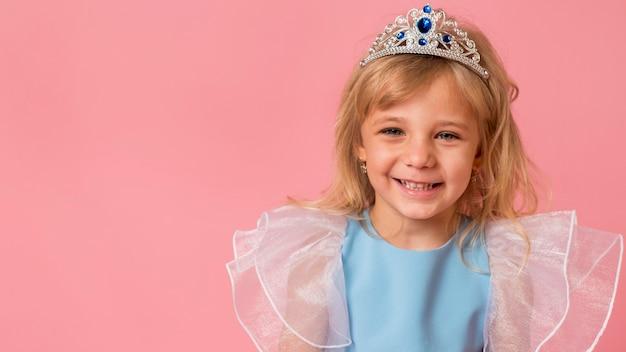 Urocza Mała Dziewczynka W Stroju Z Miejsca Na Kopię Darmowe Zdjęcia