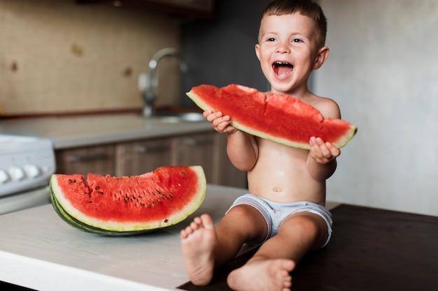 Urocza Młoda Chłopiec Jedzenia Arbuza Darmowe Zdjęcia