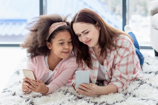 Urocza Młoda Dziewczyna Szczęśliwa Być W Domu Z Matką Darmowe Zdjęcia