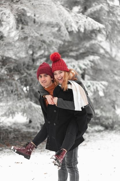 Urocza Para Bawić Się Na Zewnątrz W Zimie Darmowe Zdjęcia
