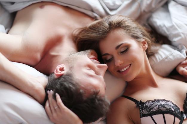 Urocza Para Leży W łóżku Darmowe Zdjęcia