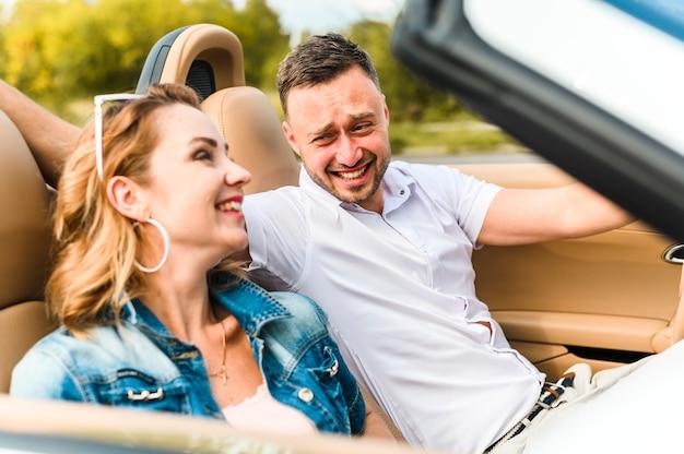 Urocza para śmieje się z siebie Darmowe Zdjęcia