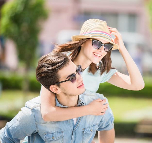 Urocza para świetnie się razem bawi. Premium Zdjęcia