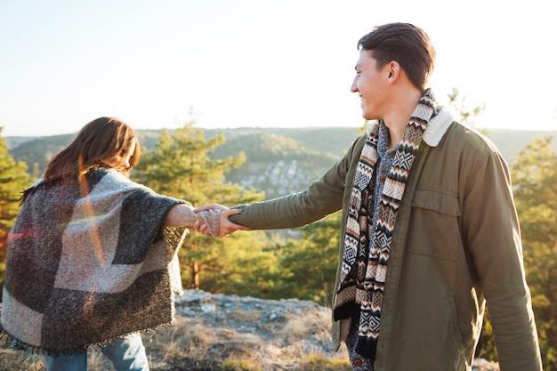 Urocza para trzymając się za ręce na zewnątrz Darmowe Zdjęcia