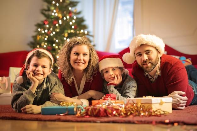 Urocza Rodzina świętuje Boże Narodzenie Premium Zdjęcia