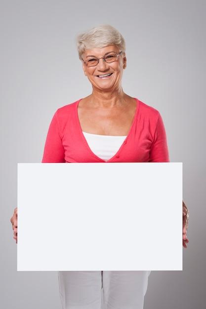 Urocza Starsza Kobieta Obejmująca Tablicą Darmowe Zdjęcia