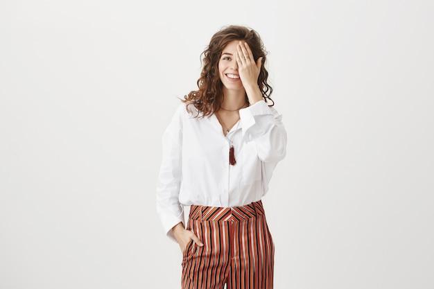 Urocza Uśmiechnięta Kobieta Zakrywa Połowę Twarzy, Test Wzrokowy Darmowe Zdjęcia