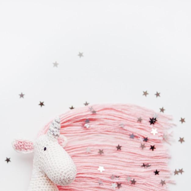 Urocza wróżka jednorożca z różową grzywą i ogonem wykonanym z nici Premium Zdjęcia