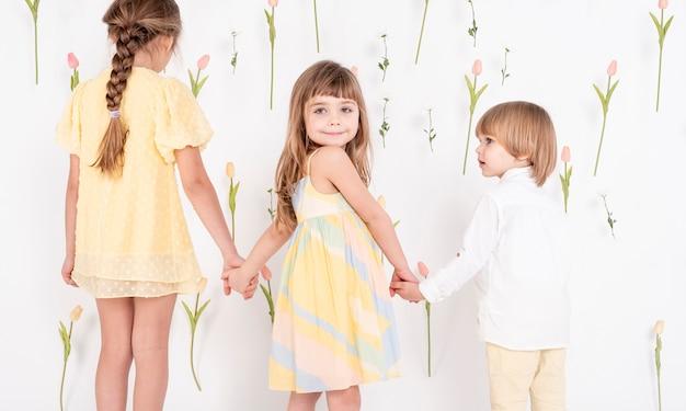 Urocze Dzieci Trzymając Się Za Ręce Widok Z Tyłu Darmowe Zdjęcia