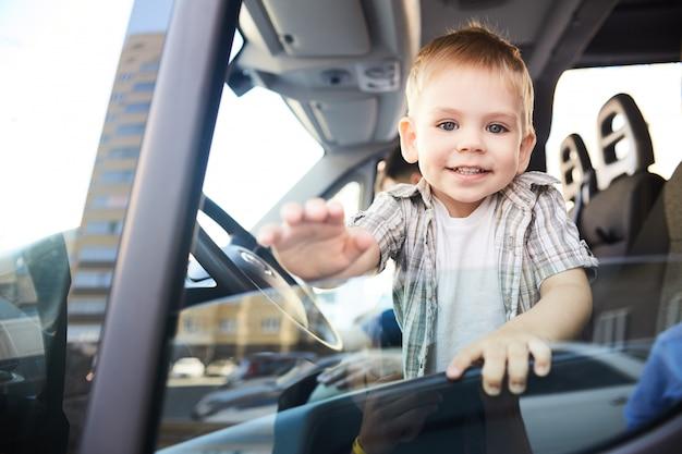 Urocze Dziecko W Samochodzie Premium Zdjęcia