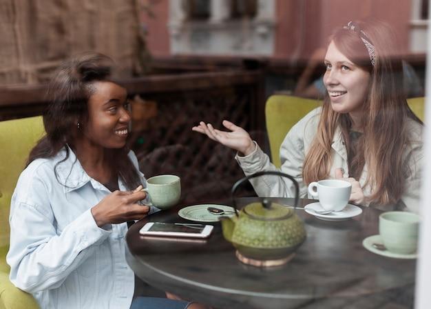 Urocze Kobiety Relaksujące W Pomieszczeniu Darmowe Zdjęcia