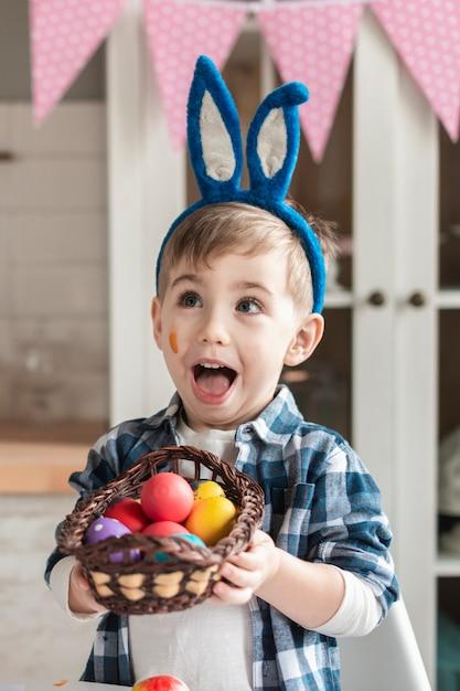 Uroczy Chłopiec Mienia Kosz Z Easter Jajkami Darmowe Zdjęcia
