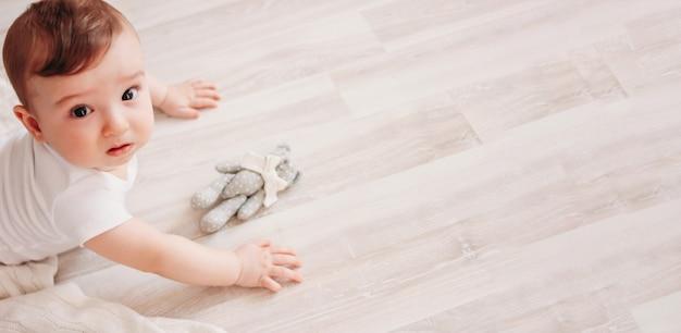 Uroczy Mały Chłopczyk 6 Miesięcy Patrząc Na Baner Premium Zdjęcia