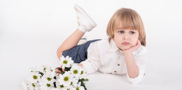 Uroczy Mały Chłopiec Kłaść Darmowe Zdjęcia