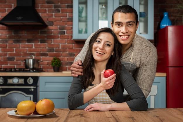 Uroczy mężczyzna i kobieta uśmiecha się Darmowe Zdjęcia