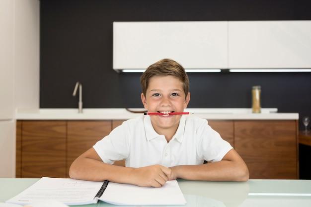 Uroczy Młody Chłopak Odrabia Lekcje Darmowe Zdjęcia