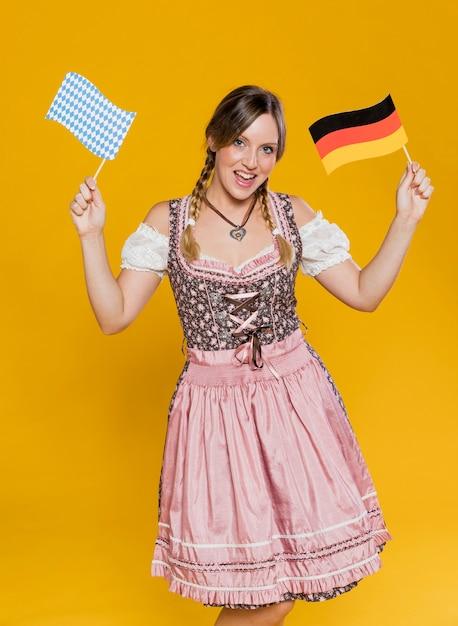 Uroczysty bawarskiej dziewczyny gospodarstwa flagi Darmowe Zdjęcia