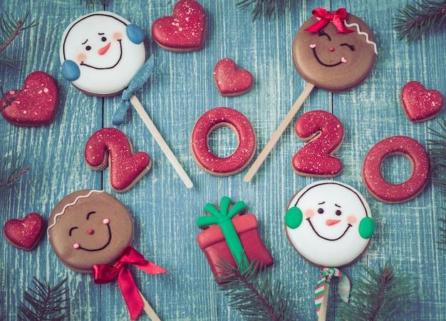 Uroczysty Nowy Rok Pierniki Na Drewnianej ścianie. Darmowe Zdjęcia
