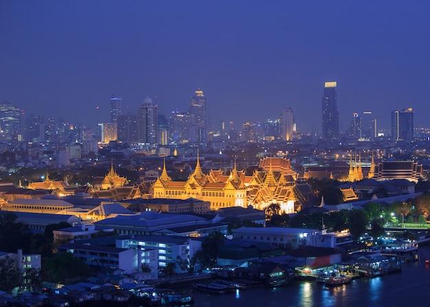 Uroczysty Pałac Przy Mrocznym Bangkok, Tajlandia Premium Zdjęcia